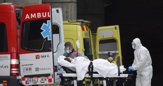 Hiszpańscy żołnierze wysłani do pomocy przy zwalczaniu epidemii koronawirusa dokonali makabrycznych odkryć. W domach spokojnej starości znaleźli martwych seniorów leżących w łóżkach. Prokuratura zapowiedziała śledztwo w tej sprawie. W Hiszpanii umiera tak dużo ludzi, że domy pogrzebowe są przepełnione. W stolicy kraju Madrycie trumny z ciałami zmarłych z powodu Covid-19 są przechowywane na miejskim lodowisku.