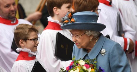 """Brytyjska rodzina królewska jeszcze nigdy nie była tak rozdzielona, jak teraz w czasie walki z koronawirusem - pisze dziennik """"Daily Mail"""". Królowa Elżbieta II z mężem księciem Filipem poddali się izolacji. Są na zamku w Windsorze z kilkoma najbliższymi pracownikami i oglądają telewizję. Jej syn - książę Karol  z żoną Kamilą zamieszkał w Birkhall w Szkocji, a wnuk monarchini - książę William z księżną Kate i dziećmi wyjechał do Norfolk."""