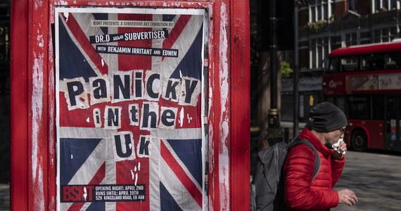 """Londynie, weź się w garść - pisze """"Daily Mail"""". Dziennik zauważa, że w pierwszy dzień po wprowadzeniu przez premiera Borisa Johnsona drakońskich ograniczeń związanych z walką z koronawirusem w metrze, pociągach i autobusach tłok był równie wielki, jak w poprzednich dniach."""