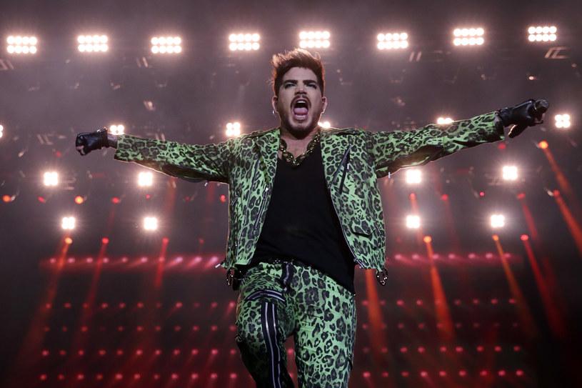 """Do sprzedaży trafił nowy album Adama Lamberta - """"Velvet"""". Wokalista opublikował teledysk do tytułowej piosenki."""