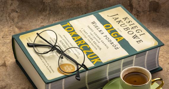 Dla wielu wybitna literacka persona już od długich lat, dla innych szerzej poznana dopiero w momencie uzyskania najcenniejszej nagrody literackiej świata – Literackiej Nagrody Nobla. Olga Tokarczuk w ostatnim roku bez wątpienia była najgłośniejszym polskim nazwiskiem w świecie literatury i coraz trudniej znaleźć człowieka, który nie słyszałby o Oldze Tokarczuk. N