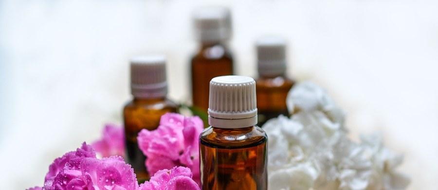 Medycyna naturalna i koronawirusy. Czy ziołolecznictwo może pomóc w leczeniu SARS-CoV-2? Nasz ekspert dr Krzysztof Błecha opisuje przeciwwirusowe działanie olejków eterycznych.