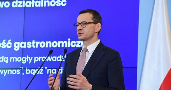 Wraz z członkami gospodarczego sztabu kryzysowego zrobię wszystko, by jak najłagodniej przeprowadzić Polskę przez czas perturbacji ekonomicznych i zminimalizować wpływ pandemii na życie milionów polskich rodzin - zapewnił na Facebooku premier Mateusz Morawiecki po zakończeniu posiedzenia sztabu.