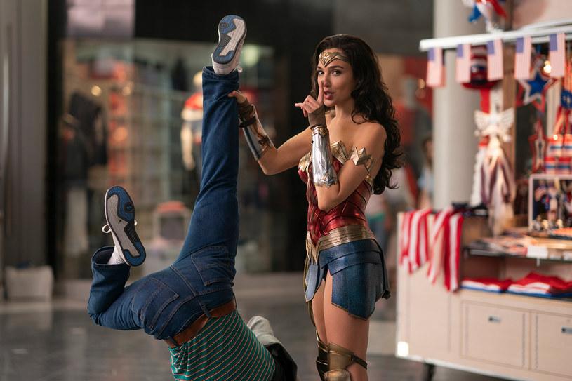 """Dwa miesiące później zobaczymy w kinach kolejne przygody dzielnej Wonder Woman. Zaplanowana na 5 czerwca premiera filmu """"Wonder Woman 1984"""" została przełożona na 14 sierpnia. Taki ruch studia Warner Bros. spowodowany jest pandemią koronawirusa."""