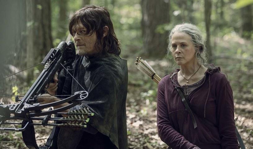 """Zaplanowany na 12 kwietnia finał dziesiątego sezonu serialu """"The Walking Dead"""", w Polsce znanego jako """"Żywe trupy"""", zostanie wyemitowany w innym terminie. Przełożenie daty jego emisji spowodowane zostało pandemią koronawirusa. Z tego powodu przerwana została praca na wszystkich amerykańskich planach filmowych i serialowych. A co za tym idzie, nie udało się ukończyć na czas finałowego odcinka."""