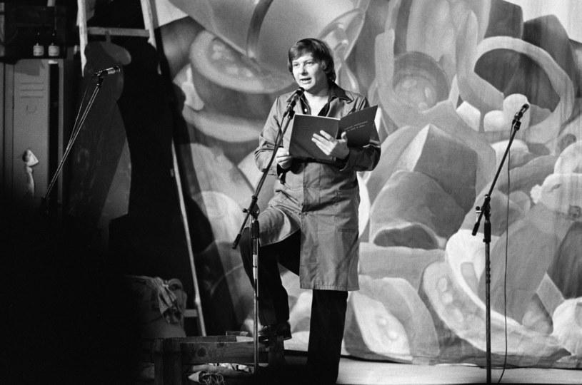 Gdyby urodził się w USA, byłby pewnie bardzo bogatą gwiazdą telewizji i estrady. W Polsce największe sukcesy święcił w siermiężnych latach 70. i 80. XX wieku. Rozśmieszał Polaków, a oni go uwielbiali! Zenon Laskowik - satyryk, autor, artysta kabaretowy, współtwórca kultowego kabaretu Tey - 26 marca 2020 roku obchodzi 75. urodziny.