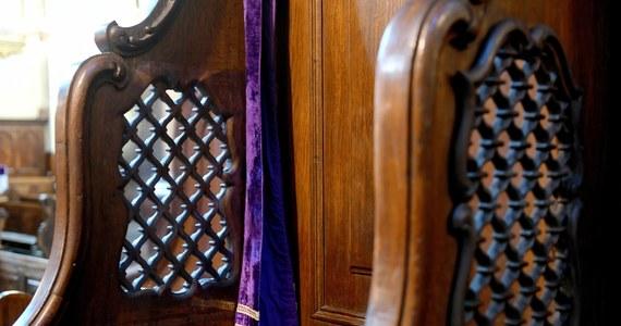 """Co ze spowiedzią i komunią podczas zbliżających się świąt Wielkanocnych? """"Problem spowiedzi w czasach pandemii koronawirusa jako jeden z pierwszych stara się rozwiązać episkopat Węgier, powołując się na przepisy zatwierdzone przez papieża Jana Pawła II. Czy episkopat Polski wprowadzi podobne zarządzenia? Moim zdaniem, powinien"""" - pisze na swoim blogu na Rmf24.pl ksiądz Tadeusz Isakowicz-Zaleski. Na razie jednak wciąż nie ma takiej decyzji."""