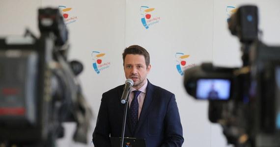 Prezydent Warszawy Rafał Trzaskowski otrzymał z Kancelarii Sejmu login i hasło do specjalnej aplikacji umożliwiającej zdalny udział w obradach Sejmu, mimo że nie jest posłem. W ławach sejmowych zasiadał w poprzedniej kadencji do czasu zwycięstwa w wyborach samorządowych. Stąd pytanie o bezpieczeństwo piątkowego posiedzenia parlamentu ze zdalnym udziałem części posłów.