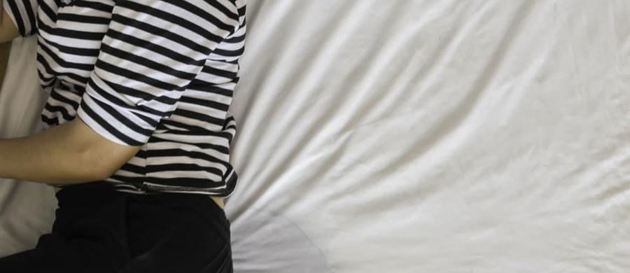 Podkłady higieniczne są wyrobami, które stanowią niezastąpioną pomoc dla osób starszych, z niepełnosprawnościami i czasowo lub trwale unieruchomionych z problemem nietrzymania moczu. Nierzadko używane są także przez dorosłych i dzieci cierpiących na nykturię, czyli popuszczanie moczu w nocy. Ich zadaniem jest zatrzymanie wilgoci i zanieczyszczeń przed przedostaniem się do głębszych warstw materaca. Na rynku znaleźć można jednak szeroki wybór podkładów – jednorazowe i wielorazowe, wykonane z różnych materiałów. Po które z nich lepiej sięgnąć? W jakich sytuacjach będą najbardziej przydatne?
