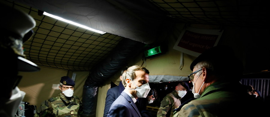 """Prezydent Francji Emmanuel Macron odwiedził Miluzę w regionie Grand Est, gdzie spotkał się z personelem szpitala, z którego wojsko ewakuuje pacjentów w ciężkim stanie do innych regionów. """"Jesteśmy na wojnie, i to na jej początku""""  - stwierdził Macron. """"Naszą obsesją powinna być teraz jedność"""" – powiedział."""
