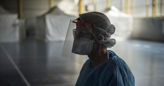 """Brak masek ochronnych wynika częściowo z tego, że rezerwy nie były wystarczające wobec zapotrzebowania jakie stworzyła pandemia, a częściowo jest to pochodna przeniesienia 80 proc. ich produkcji do Chin i kłopotów z atestami - piszą """"Le Monde"""" i """"New York Times""""."""