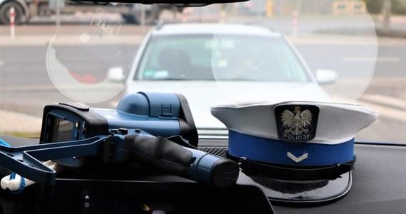 Nocny pościg za mercedesem w Tychach zakończony złapaniem kierowcy. 34-letni Bartłomiej G. nie zatrzymał się do kontroli i próbował staranować policyjny pojazd.