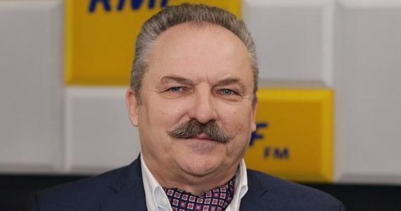 """""""Jeżeli 100 tysięcy obywateli postanowiło przedstawić moją kandydaturę na urząd prezydenta Rzeczypospolitej, to jaką ja, człowiek pokorny, mam tutaj inną możliwość niż stanięcie w szranki?"""" - tak o swoim niespodziewanym starcie w wyborach prezydenckich mówił w Porannej rozmowie w RMF FM Marek Jakubiak. Pytany o liczbę podpisów poparcia dla jego kandydatury, odparł: """"Myślę, że około 130-140 tysięcy będzie"""". Wyjaśnił również, że podpisy te """"są zbierane od mniej więcej stycznia - lutego"""". Na uwagę Roberta Mazurka, że dopiero 5 lutego marszałek Sejmu Elżbieta Witek ogłosiła datę wyborów prezydenckich, a tym samym początek kampanii wyborczej - więc zwolennicy Jakubiaka nie mogli zbierać podpisów poparcia w styczniu, polityk odparł: """"Mogli. (…) Żeby zarejestrować komitet, trzeba mieć po prostu tysiąc podpisów, które stanowią część podpisów wynikających z obowiązku 100 tysięcy poparcia. To są te same druki, to jest wszystko to samo""""."""