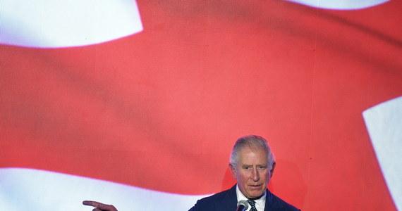 """Jak to możliwe, że książę Karol i księżna Kamila mieli badania pomimo zapewnień brytyjskiej służby zdrowia, że testy będą robione tylko pacjentom w szpitalach? To pytanie zadaje dziś rano dziennik """"Daily Mail""""."""