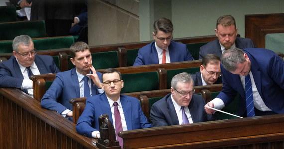 """Rząd Mateusza Morawieckiego przyjął i skierował do Sejmu projekty ustaw składające się na tzw. """"tarczę antykryzysową"""", która ma zapewnić wsparcie pracodawcom i pracownikom w dobie epidemii koronawirusa. Sejm ma zająć się pakietem na piątkowym posiedzeniu."""