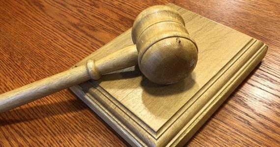 Pytania prejudycjalne ws. systemu dyscyplinarnego sędziów w Polsce, skierowane do Trybunału Sprawiedliwości Unii Europejskiej przez sądy okręgowe w Łodzi i Warszawie, należy uznać za niedopuszczalne - takie orzeczenie wydał sam Trybunał w Luksemburgu. To jednak nie kończy toczącego się przed TSUE sporu ws. polskiego systemu dyscyplinarnego sędziów. Co więcej, Trybunał podkreślił, że wobec sędziego, który wystąpił do TSUE z uznanym za niedopuszczalne pytaniem, nie można wszcząć postępowania dyscyplinarnego.