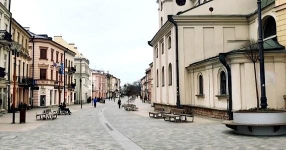Kiedyś byłoby to nie do pomyślenia. Tętniące zazwyczaj życiem, popularne i zatłoczone miejsca w największych polskich miastach dziś świecą pustkami. Wszystko z powodu walki z koronawirusem o obostrzeń z tym związanych.