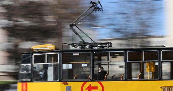 Zatrzymanie przeładowanego autobusu albo tramwaju i prośba o opuszczenie pojazdu - to metoda warszawskiej komunikacji na realizowanie rządowego nakazu, że środki transportu publicznego mogą przewozić o połowę mniej pasażerów niż jest dla nich miejsc siedzących.