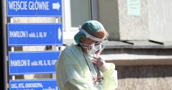 Ministerstwo Zdrowia skorygowało informacje o osobach zmarłych z powodu koronawirusa. Obecnie, dane mówią o 14 zgonach, wcześniej mówiono o 15 ofiarach śmiertelnych.