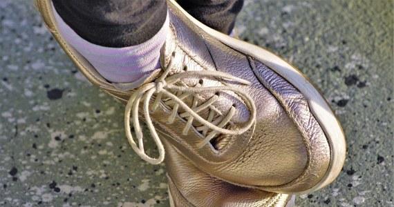 """Zostawiajcie buty na zewnątrz mieszkania, koronawirus może się na nich utrzymywać nawet przez 5 dni. Takie zalecenia ekspertów zamieszcza brytyjski dziennik """"Daily Mail"""". Rozwiązaniem problemu może być odkażenie obuwia."""