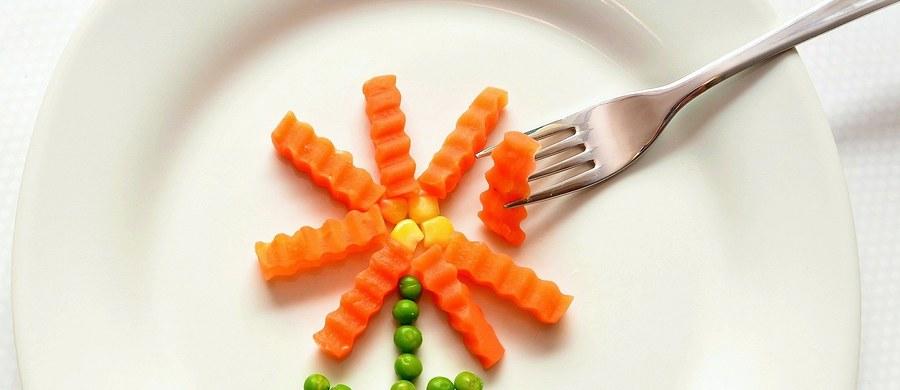 """Pięć posiłków dziennie, bogatych w owoce i warzywa. To zalecenia naukowców na czas epidemii koronawirusa. """"Odpowiednią dietą możemy wzmocnić naszą odporność"""" - przekonuje profesor Iwona Wawer z Warszawskiego Uniwersytetu Medycznego."""