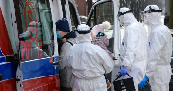 Ministerstwo Zdrowia poinformowało w czwartek wieczorem, że w Warszawie zmarły dwie osoby zarażone koronawirusem. Ich stan był ciężki. To 15. i 16. ofiara pandemii.