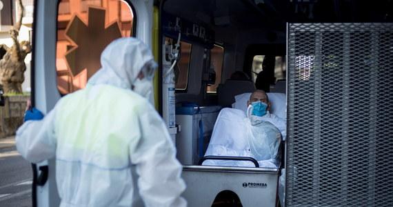 Karetki przewożące 28 starszych osób chorych na Covid-19 do nowego domu spokojnej starości w hiszpańskiej Andaluzji zostały obrzucone kamieniami - poinformowała agencja EFE. W stronę policji, która interweniowała, rzucano materiałami wybuchowymi. Zatrzymano dwie osoby.