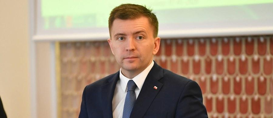 """""""Dla nas bezpieczeństwo i zdrowie Polaków jest sprawą kluczową i priorytetową i nie zawahamy się użyć wszelkich metod, by je chronić"""" – mówił w TVN 24 Łukasz Schreiber – szef Komietu Stałego Rady Ministrów. """"Na pewno nie pozwolimy ze względu (...) na czyjeś rzekome ambicje czy przewidywania polityczne ryzykować życiem Polaków"""" – zapewnił, odnosząc się do pytań o ewentualne przesunięcie terminu wyborów prezydenckich."""