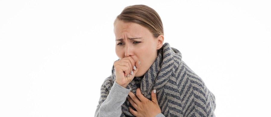 Gorączka, bóle mięśni, duszności i kaszel. Ten ostatni typowy dla koronawirusa objaw to kaszel suchy. Jak odróżnić go od kaszlu mokrego?