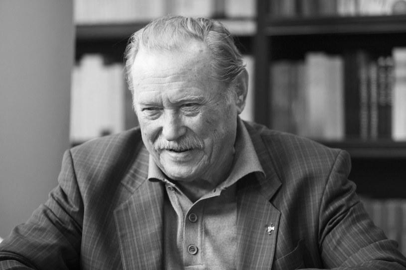 """Emil Karewicz, pamiętny porucznik """"Mądry"""" z """"Kanału"""", Jagiełło z """"Krzyżaków"""" czy Brunner ze """"Stawki większej niż życie"""", zmarł 18 marca. Miał 97 lat. Ukochany aktor Polaków wciąż nie doczekał się pogrzebu, ale bliscy poddali już jego ciało kremacji. Skąd taka decyzja?"""