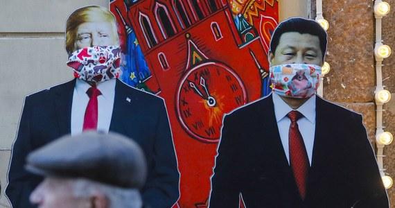 """Prezydent USA Donald Trump i przywódca ChRL Xi Jinping odbyli w czwartek rozmowę telefoniczną, podczas której """"bardzo szczegółowo przedyskutowali"""" sprawę pandemii koronawirusa - napisał Trump na Twitterze. O rozmowie informują też chińskie media państwowe."""