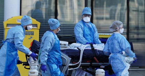 """16-letnia Julie w poniedziałek trafiła do paryskiego szpitala z powodu problemów z oddychaniem. Okazało się, że ma koronawirusa. Dwa dni później zmarła. """"Nikt nie jest niepokonany"""" – powiedziała gazecie """"Le Parisien"""" jej siostra."""
