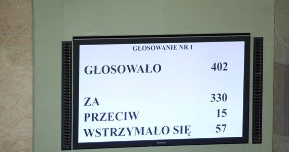 Jak ustalili dziennikarze RMF FM posiedzenie Senatu odbędzie się we wtorek. Senatorowie będą zajmować się projektami ustaw, składających się na rządowy pakiet antykryzysowy, mający przeciwdziałać negatywnym skutkom gospodarczym epidemii koronawirusa, nad którymi dzisiaj odbędzie się głosowanie w Sejmie.