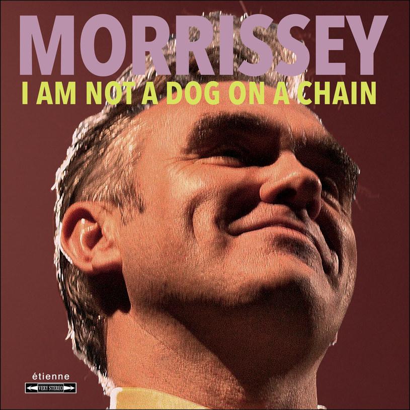 Fani Morrisseya nie mają łatwego życia. Co rusz muszą przełykać jakaś gorzką pigułkę w postaci dziwacznych zachowań i szokujących komentarzy swojego idola. Ekscentryczny eks-wokalista The Smiths zasłynął ostatnimi latami niestety nie znakomitą muzyką, którą tworzył (tej w wykonaniu artysty jest akurat, jak na lekarstwo), ale tym, że np. popierał Brexit i był wielkim zwolennikiem skrajnej prawicy oraz Nigela Farage'a, krytykował ruch #MeToo i przerywał z byle pretekstu własne koncerty.