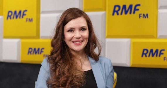 """""""Praktycznie każdy system musi się jakiś czas """"wygrzać"""". Polski Sejm w trybie ekstraordynaryjnym przygotował system. Musimy odpowiedzieć na pytanie, czy wolimy ryzykować zdrowiem i życiem czy wprowadzić system, który jest awaryjny?"""" – mówiła  w Popołudniowej rozmowie w RMF FM Wanda Buk, wiceminister cyfryzacji. W ten sposób odnosiła się do komentarzy posłów opozycji, dotyczących problemów z systemem, który ma pozwolić na zdalne głosowanie Sejmu. """"Mam pewność, że pan Putin nie głosuje z nami podczas posiedzenia Sejmu. Nie pozwoliliby sobie na to informatycy Kancelarii Sejmu"""" – zapewniała Wanda Buk, bo takie wątpliwości również pojawiały się wśród posłów opozycyjnych partii. Jak dodała, Ministerstwo Cyfryzacji nie brało udziału w tworzeniu tego systemu – zajęła się tym Kancelaria Sejmu."""