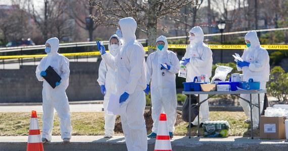 Na stan Nowy Jork przypada niemal połowa wszystkich przypadków Covid-19 w USA. Gęstość zaludnienia, masowo przeprowadzane testy, spóźniona reakcja władz miasta i stanu oraz wielu podróżujących przyczyniają się do wyjątkowo szybkiego rozwoju epidemii - podaje w piątek na swym portalu CNN.