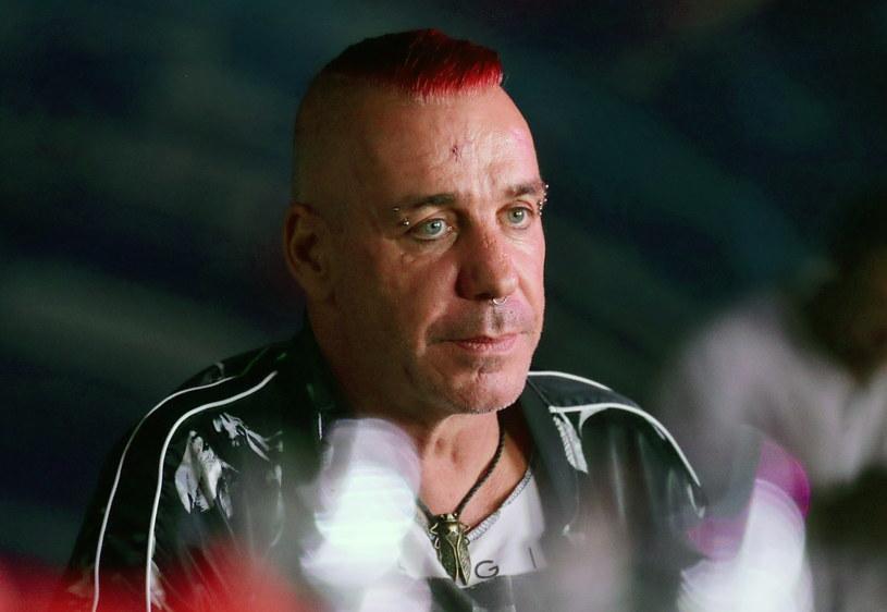 """Na facebookowym profilu grupy Rammstein pojawiła się oficjalna informacja na temat stanu zdrowia wokalisty Tilla Lindemanna. Kilka godzin wcześniej gazeta """"Bild"""" podała, że muzyk trafił na oddział intensywnej terapii po pozytywnym wyniku na obecność koronawirusa SARS-COV-2."""
