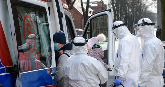 Resort zdrowia poinformował dzisiaj o śmierci dwóch kolejnych osób zakażonych koronawirusem. Toł 70-letni mężczyzna, który był hospitalizowany w szpitalu w Lublinie i 67-latek, który zmarł w szpitalu w Warszawie. Ministerstwo Zdrowia potwierdziło dzisiaj 249 nowych przypadków zakażenia koronawirusem. Wykonane dotychczas testy dały pozytywny wynik u 1638 osób. 18 osób zmarło.