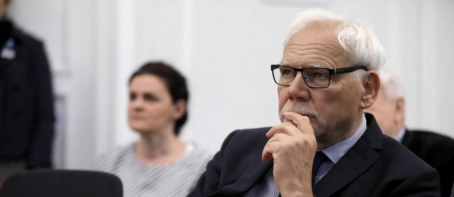 """""""Stało się coś niebywałego! Bo to stanowi łamanie podstawowych zasad demokracji. Gdybyśmy mieli w Polsce normalnie działający Trybunał Konstytucyjny, on musiałby uznać niedopuszczalność tej zmiany, choćby z powodów proceduralnych"""" – tak profesor Marek Safjan – były prezes Trybunału Konstytucyjnego, a obecnie sędzia Europejskiego Trybunału Sprawiedliwości – skomentował w rozmowie z Onetem zmiany w Kodeksie wyborczym przegłosowane przez Sejm z inicjatywy Prawa i Sprawiedliwości w ramach tzw. tarczy antykryzysowej. """"To była manipulacja proceduralna i bezprawie"""" – podkreślił. Jak dodał, po tych zmianach wynik wyborów prezydenckich będzie w jego ocenie podważalny."""