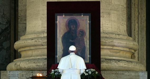 Papież Franciszek i jego najbliżsi doradcy nie mają koronawirusa - przekazał rzecznik Stolicy Apostolskiej Matteo Bruni. Potwierdził zarazem doniesienia o zakażonym SARS-CoV-2 mieszkańcu Domu Świętej Marty.