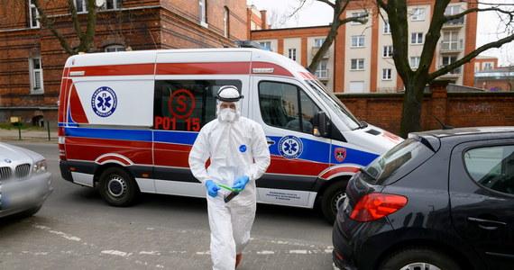 Ministerstwo Zdrowia poinformowało o 157 nowych przypadkach zakażenia koronawirusem w Polsce oraz o śmierci 18. osoby. Wcześniej resort podał informację o 45, a rano 47 nowych przypadkach zakażenia koronawirusem oraz o 17. ofierze śmiertelnej. Łącznie wykryto 1638 zakażeń wirusem w kraju. Z powodu koronawirusa zmarły dzisiaj dwie osoby. Łącznie w dniu dzisiejszym potwierdzono 249 nowych przypadków zakażenia koronawirusem.