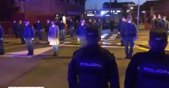 Logrono, Hiszpania. Hiszpańscy policjanci oddali hołd zmarłemu koledze, Jesusowi Gayoso, który zmarł na COVID-19, chorobę wywołaną koronawirusem SARS-SoC-2. Funkcjonariusze utworzyli na ulicach miasta Logrono w północnej Hiszpanii straż honorową, zaledwie kilka godzin po jego śmierci.