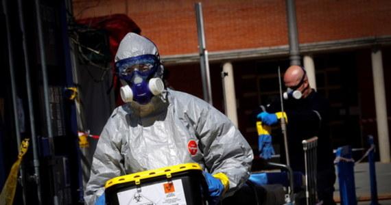 O 838 wzrosła w ciągu ostatniej doby w Hiszpanii liczba osób zmarłych z powodu koronawirusa - poinformowało w niedzielę ministerstwo zdrowia tego kraju. Tym samym liczba zgonów z powodu Covid-19 wzrosła do 6 528. W Hiszpanii zakażonych jest ponad 78 tysięcy osób.