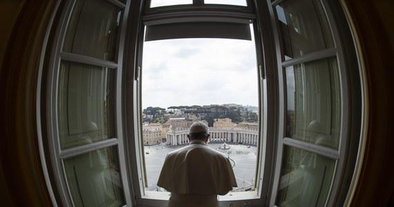 Papież Franciszek, zwracając się w niedzielę do wiernych, zaapelował o natychmiastowy i globalny rozejm w związku z pandemią koronawirusa. Podkreślił też, że czas ten wymaga wzmocnienia braterskich relacji, przezwyciężenia antagonizmów oraz dialogu.