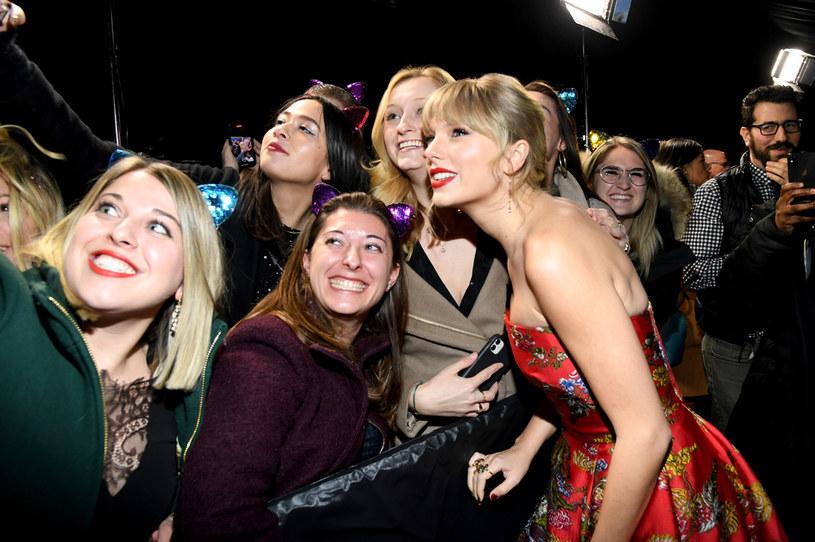 Gdy amerykańska gospodarka z powodu koronawirusa trzęsie się w posadach i miliony ludzi traci pracę, Taylor Swift postanowiła pomóc tym ze swoich fanów, którzy popadli w największe tarapaty. Szczęściarze dostają od niej po 3 tys. dolarów.