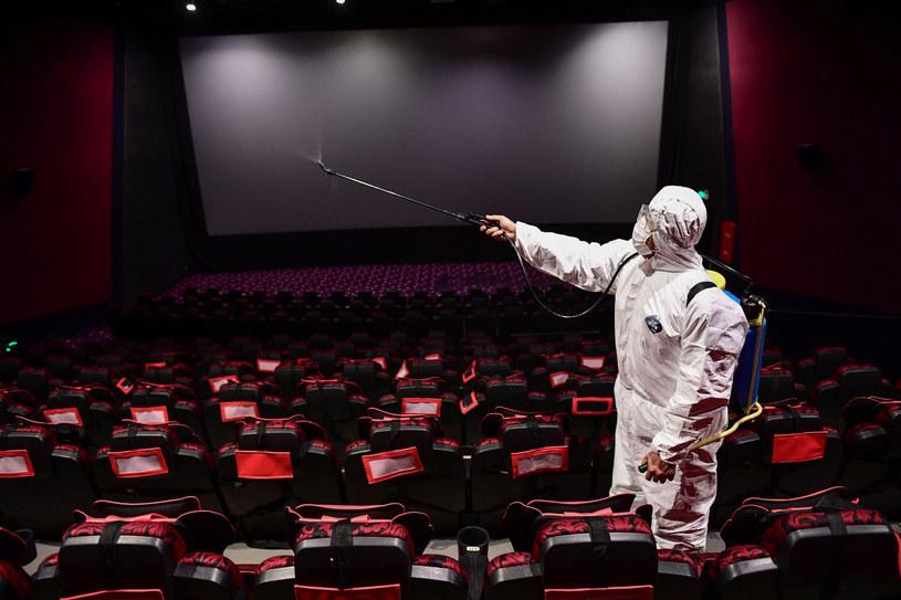 Okres powrotu do normalności po pandemii nie potrwał w Chinach zbyt długo. Niedawno ogłoszono, że na nowo otwartych zostanie kilkaset kin. Aby zachęcić widzów do powrotu na seanse, zaplanowano tam premiery najgłośniejszych światowych hitów ostatnich lat. Te będą musiały jednak poczekać, bo chińskie władze wydały decyzję o ponownym zamknięciu sal kinowych.