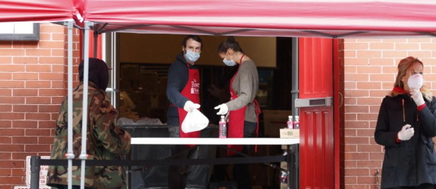 """""""Czuję się jak na wojnie"""" – przyznał w wywiadzie dla CNN burmistrz Nowego Jorku Bill de Blasio. W mieście w wyniku epidemii koronawirusa zmarły już 672 osoby. Jak podkreślił de Blasio, za kilka dni Nowy Jork będzie potrzebował setek kolejnych respiratorów, a masek, fartuchów i innych materiałów medycznych wystarczy tylko do 5 kwietnia."""