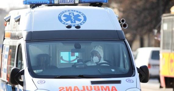 Ministerstwo Zdrowia podało w niedzielę wieczorem informację o śmierci kolejnych dwóch osób zakażonych koronawirusem. To 72-letni mężczyzna ze szpitala w Tychach i 89-letni mężczyzna hospitalizowany w Myślenicach.