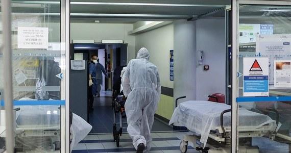 Cztery kolejne osoby zmarły w Polsce z powodu koronawirusa - poinformowało Ministerstwo Zdrowia. Łącznie w naszym kraju mamy już 26 ofiar śmiertelnych. Są też 122 nowe przypadki zarażenia Covid-19. W sumie w całym kraju koronawirusem zaraziło się już 1984 osób.