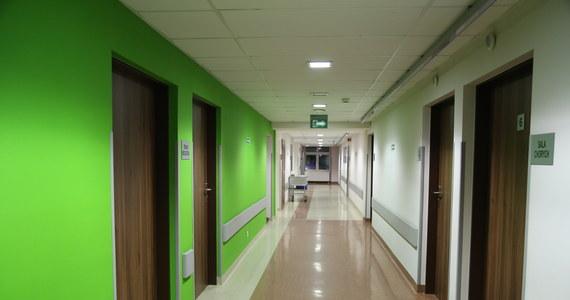 74-letnia pacjentka, która była hospitalizowane w Wojewódzkim Szpitalu Specjalistycznym im. J. Gromkowskiego we Wrocławiu z powodu COVID-19, wyzdrowiała i w poniedziałek opuściła szpital zakaźny. Podczas hospitalizacji pacjentka była przez pewien czas w ciężkim stanie.  Z kolei Szpital Śląski w Cieszynie opuściły dwie osoby, kobieta i dziecko, wyleczone z Covid-19. W pobranych od nich próbkach nie stwierdzono już obecności koronawirusa.